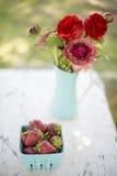 Μούρα και λουλούδια Στοκ Εικόνες