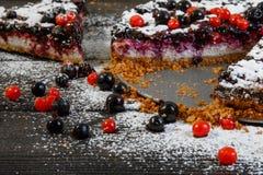 Μούρα κοντά στο κέικ στο ξύλινο υπόβαθρο Στοκ Φωτογραφίες