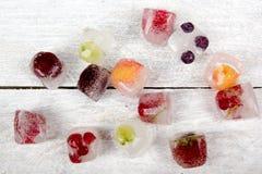 Μούρα που παγώνουν στους κύβους πάγου στο ξύλινο επιτραπέζιο υπόβαθρο Στοκ εικόνα με δικαίωμα ελεύθερης χρήσης