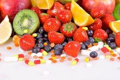 Μούρα, φρούτα, βιταμίνες και θρεπτικά συμπληρώματα Στοκ φωτογραφία με δικαίωμα ελεύθερης χρήσης