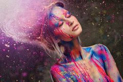 Μούσα γυναικών με την τέχνη σωμάτων Στοκ φωτογραφίες με δικαίωμα ελεύθερης χρήσης
