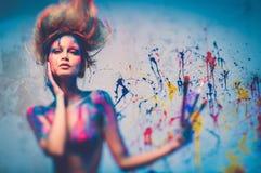 Μούσα γυναικών με την τέχνη σωμάτων Στοκ φωτογραφία με δικαίωμα ελεύθερης χρήσης