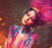 Μούσα γυναικών με τη δημιουργική τέχνη σωμάτων Στοκ Φωτογραφίες