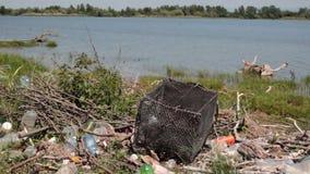 Μολυσμένος ποταμός τράπεζα-dunghill από το νερό απόθεμα βίντεο
