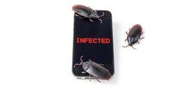 Μολυσμένο έξυπνο τηλέφωνο με τα ζωύφια στοκ εικόνες