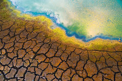 Μολυσμένο νερό και ραγισμένο χώμα Στοκ Φωτογραφίες