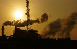 Μολυσμένο περιβάλλον από το εργοστάσιο στη βιομηχανική ζώνη Στοκ Εικόνες