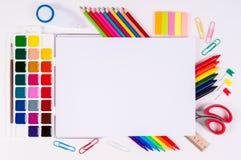 Μολύβια και watercolors χρώματος στο άσπρο υπόβαθρο, πίσω στο σχολείο, χαρτικά με το κενό διάστημα Στοκ Φωτογραφία