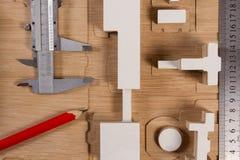 Μολύβια, πρότυπα κλίμακας, κριτήριο και παχυμετρικοί διαβήτες σε μια ξύλινη επιφάνεια Στοκ Εικόνες