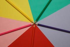 Μολύβια σε χρωματισμένο χαρτί ανασκόπησης illustratin διανυσματική ταπετσαρία κοστουμιών ουράνιων τόξων άνευ ραφής καλά Στοκ εικόνα με δικαίωμα ελεύθερης χρήσης