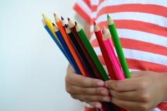 Μολύβια χρώματος λαβής μικρών παιδιών στοκ φωτογραφία με δικαίωμα ελεύθερης χρήσης