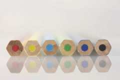 Μολύβια χρώματος Βρίσκονται το ένα δίπλα στο άλλο Στοκ εικόνες με δικαίωμα ελεύθερης χρήσης
