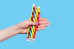 Μολύβια χρώματος εκμετάλλευσης χεριών Στοκ εικόνες με δικαίωμα ελεύθερης χρήσης