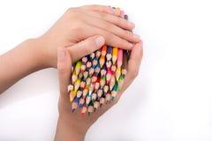 Μολύβια χρώματος εκμετάλλευσης χεριών Στοκ Εικόνες