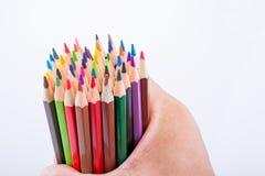 Μολύβια χρώματος εκμετάλλευσης χεριών Στοκ Εικόνα