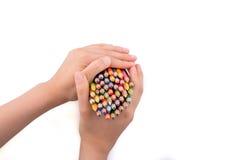 Μολύβια χρώματος εκμετάλλευσης χεριών Στοκ εικόνα με δικαίωμα ελεύθερης χρήσης