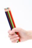 Μολύβια χρώματος εκμετάλλευσης χεριών Στοκ φωτογραφία με δικαίωμα ελεύθερης χρήσης