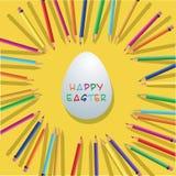 Μολύβια χρώματος με το αυγό Πάσχας στο κίτρινο υπόβαθρο Στοκ εικόνα με δικαίωμα ελεύθερης χρήσης
