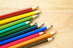 Μολύβια χρώματος στην ξύλινη ανασκόπηση στοκ εικόνες