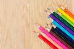 Μολύβια χρώματος στο ξύλινο επιτραπέζιο υπόβαθρο Στοκ Φωτογραφία