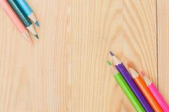Μολύβια χρώματος στο ξύλινο επιτραπέζιο υπόβαθρο Στοκ εικόνα με δικαίωμα ελεύθερης χρήσης