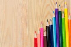 Μολύβια χρώματος στο ξύλινο επιτραπέζιο υπόβαθρο Στοκ εικόνες με δικαίωμα ελεύθερης χρήσης