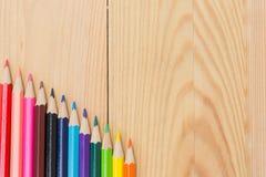 Μολύβια χρώματος στο ξύλινο επιτραπέζιο υπόβαθρο Στοκ φωτογραφία με δικαίωμα ελεύθερης χρήσης