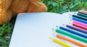 Μολύβια χρώματος στο σημειωματάριο Στοκ Εικόνα