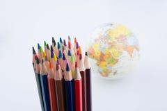 Μολύβια χρώματος του διάφορου χρώματος και της σφαίρας Στοκ Εικόνες