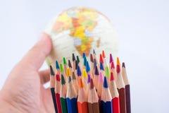 Μολύβια χρώματος του διάφορου χρώματος και της σφαίρας Στοκ Φωτογραφίες