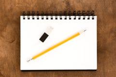 Μολύβι, επισύροντας την προσοχή το λεύκωμα και τη γόμα στον ξύλινο πίνακα Στοκ Φωτογραφίες