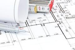 Μολύβι και δίπλωμα του κυβερνήτη στο αρχιτεκτονικό σχέδιο ορόφων σχεδιαγραμμάτων Στοκ Εικόνες