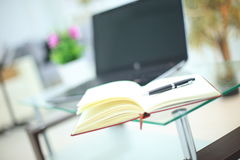 Μολύβι και σημειωματάριο στο lap-top για την επιχειρησιακή έννοια Στοκ εικόνες με δικαίωμα ελεύθερης χρήσης