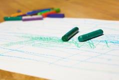 Μολύβι κραγιονιών που βρίσκεται σε χαρτί Στοκ φωτογραφία με δικαίωμα ελεύθερης χρήσης