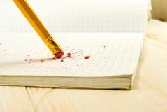 Μολύβι με τη γόμα στο υπόβαθρο βιβλίων άσκησης στοκ εικόνες