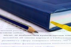 Μολύβι με το βιβλίο δέρματος Στοκ Φωτογραφία