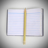 Μολύβι με το παλαιό σημειωματάριο στο καθαρό άσπρο υπόβαθρο Στοκ φωτογραφία με δικαίωμα ελεύθερης χρήσης