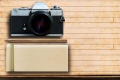 Μολύβι σημειωματάριων και παλαιά κάμερα ταινιών σε χαρτί Στοκ εικόνα με δικαίωμα ελεύθερης χρήσης