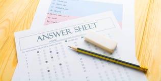 Μολύβι στο φύλλο απάντησης και το φύλλο ερώτησης Στοκ φωτογραφία με δικαίωμα ελεύθερης χρήσης