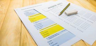 Μολύβι στο φύλλο απάντησης και το φύλλο ερώτησης Στοκ εικόνα με δικαίωμα ελεύθερης χρήσης