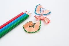 Μολύβι χρωμάτων και ξύλινα ξέσματα Στοκ Φωτογραφίες