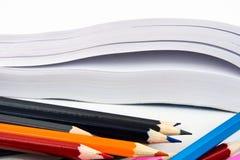 Μολύβι χρώματος και άσπρο βιβλίο Στοκ εικόνες με δικαίωμα ελεύθερης χρήσης