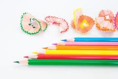 Μολύβι χρώματος και ξύλινα ξέσματα Στοκ Εικόνες
