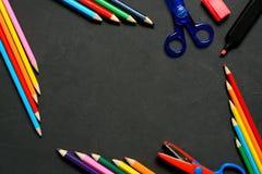 Μολύβι χρώματος με το διάστημα αντιγράφων που απομονώνεται στο υπόβαθρο whtie, έννοια πλαισίων εκπαίδευσης Στοκ Εικόνα