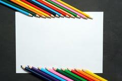 Μολύβι χρώματος με το διάστημα αντιγράφων που απομονώνεται στο υπόβαθρο whtie, έννοια πλαισίων εκπαίδευσης Στοκ Εικόνες