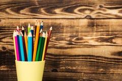 μολύβι χρώματος σε ένα φλυτζάνι Στοκ Εικόνα