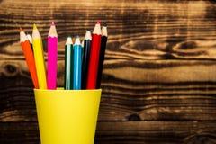 μολύβι χρώματος σε ένα φλυτζάνι Στοκ Εικόνες