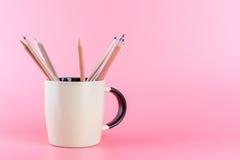 Μολύβι χρώματος στην κούπα καφέ στο ρόδινο υπόβαθρο Στοκ φωτογραφία με δικαίωμα ελεύθερης χρήσης