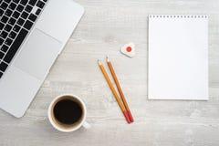 Μολύβι δύο, γόμα και καφές στοκ φωτογραφία με δικαίωμα ελεύθερης χρήσης