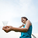 μπάντμιντον που παίζει τις όμορφες νεολαίες γυναικών Στοκ Εικόνες